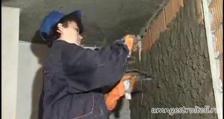 Выравнивание стен штукатуркой цементной, гипсовой или известковой.